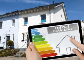 Tablet mit ENEV 2016 und Energieberatung mit Einfamilienhaus